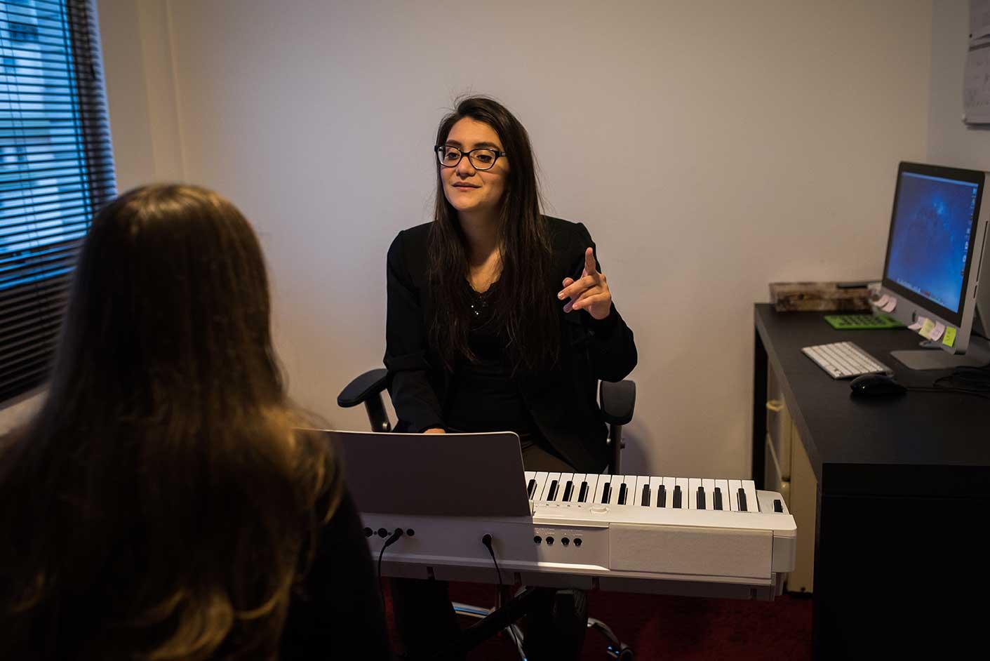 Luiza Lobo dando aula de canto