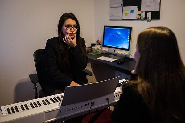 Luiza Lobo durante aula no Full Voice